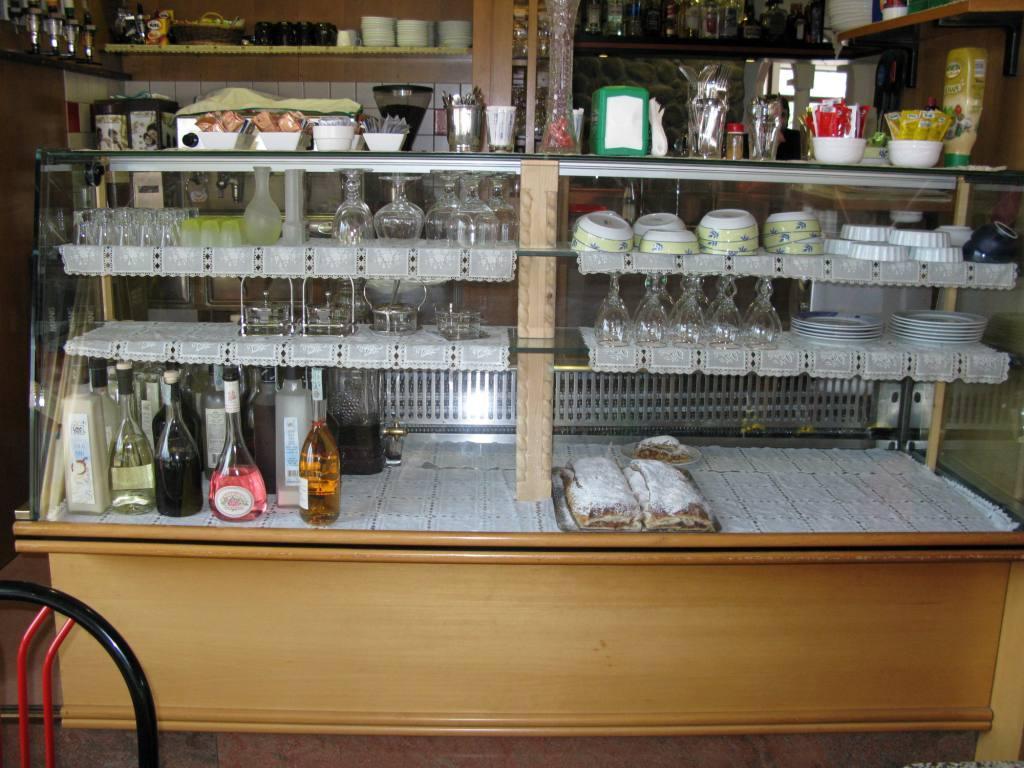Arredamenti bar occasione latest foto di arredo bar for Credenza usata milano